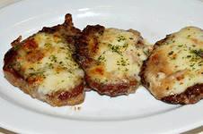 вареная говядина с сыром на тарелке