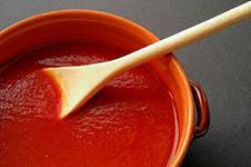 красный соус с ложкой в нём