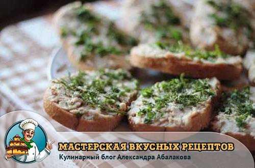кусочки хлеба посыпанные зеленью