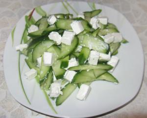 салат из огурцов зелени и сыра