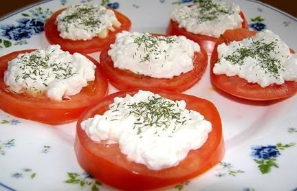 творог на помидорах
