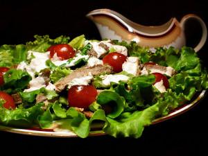 жаренная телятина с салатом