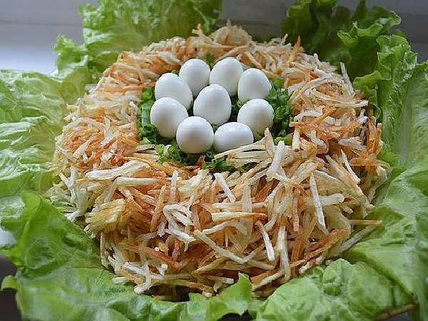 салат с яйцами в виде гнезда