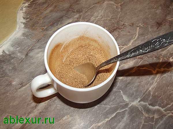 перемешать сахар с корицей