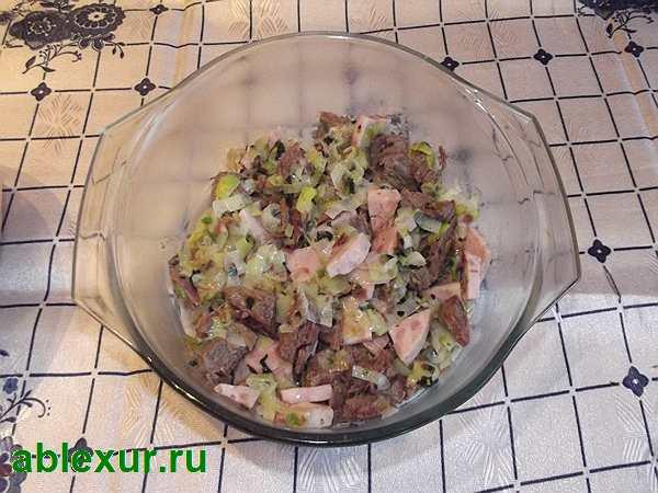 выкладываю говядину с овощами