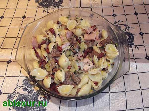 перемешиваю ингредиенты для салата