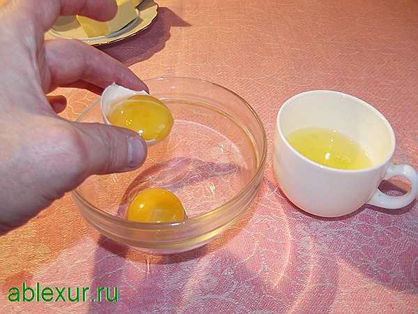 разбиваю яйца для блинов