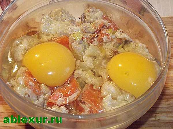 разбиваю яйца в капусту