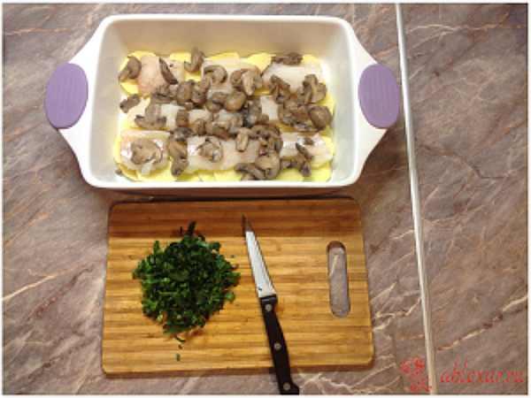 выкладываю грибы в форму с рыбой и картошкой
