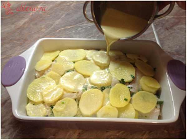 поливаю рыбную запеканку с картошкой заправкой