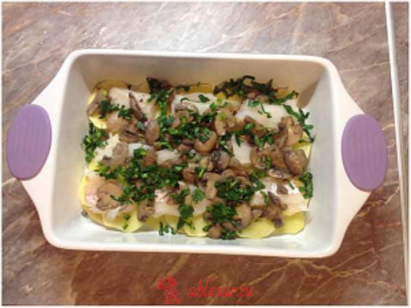 посыпаю картофельную запеканку с рыбой зеленью