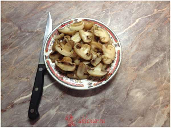 режу грибы для зпеканки
