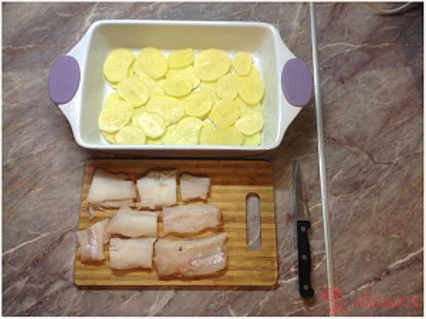 нарезаю рыбу для запеканки