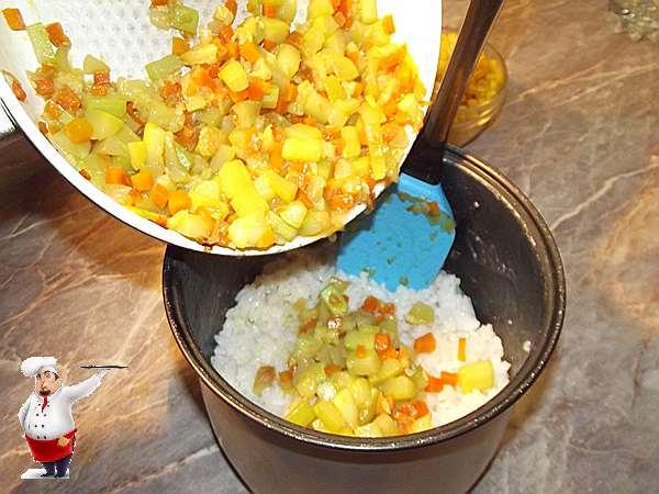 добавляю овощи к рису