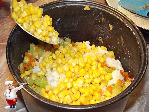 добавляю кукурузу к овощам