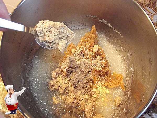 добавляю орехи в торт