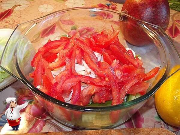 добавляю в салат помидоры