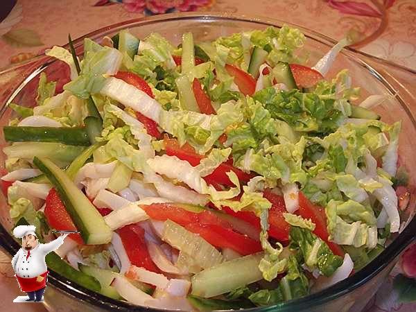 перемешиваю салат из капусты