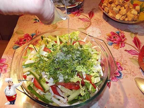 вливаю сок лимона в салат
