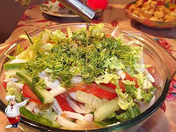 заправляю салат маслом