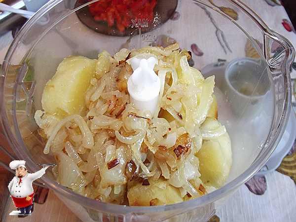 добавляю лук к картофелю