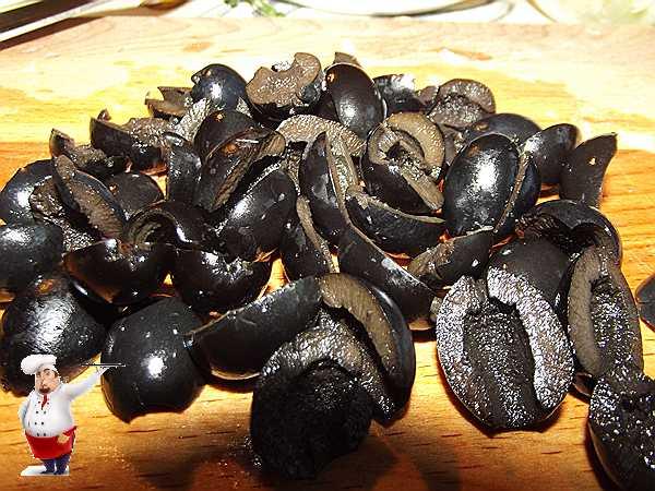 режу маслины для запеканки