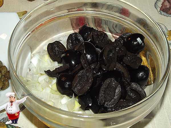 добавляю маслины к луку