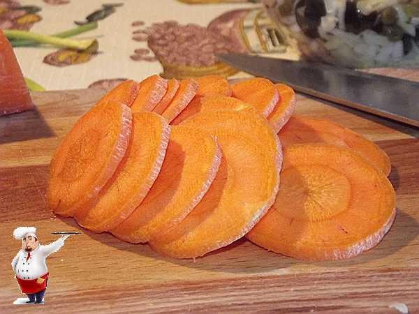 режу морковь для запеканки