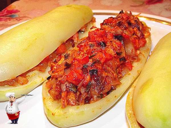 кабачки фаршированные овощами на тарелке