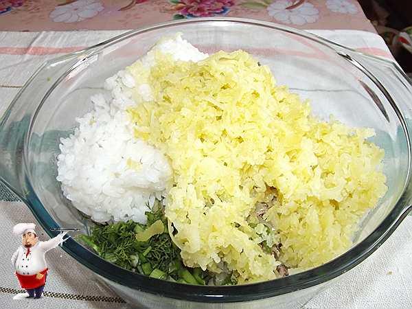 добавляю картошку в котлетную смесь