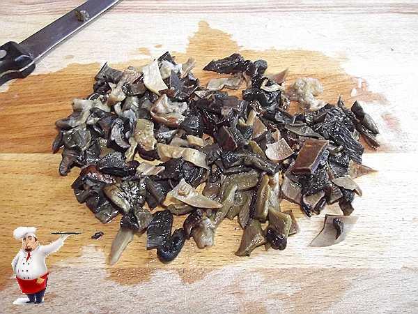 нарезаю грибы для соуса