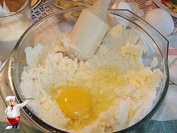 добавляю яйца