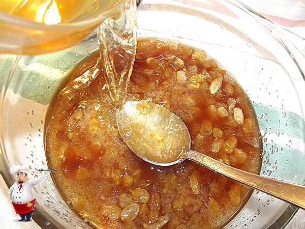 вливаю воду с медом в изюм