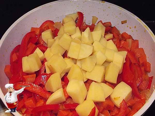 картофель в сковородке с овощами