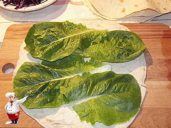 листья салата на лаваше