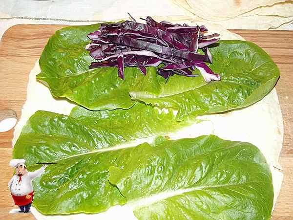 выкладываю капусту на листья салата