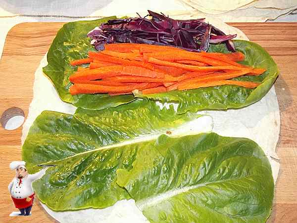 выкладываю морковь на салат рядом с капустой