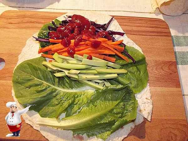 поливаю овощи для рулета кетчупом