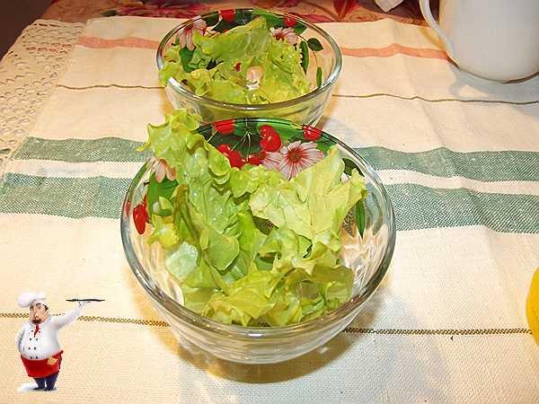 кладу крупные листья салата
