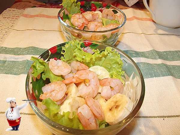 добавляю креветки в салат