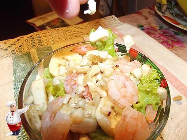 посыпаю салат фундуком