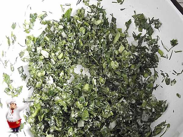 растираю зелень для окрошки
