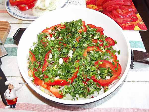 посыпаю зеленью овощи сковороде