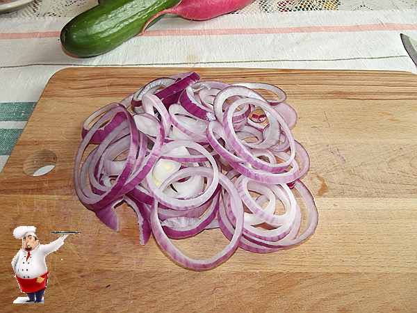 нарезаю красный лук в салат