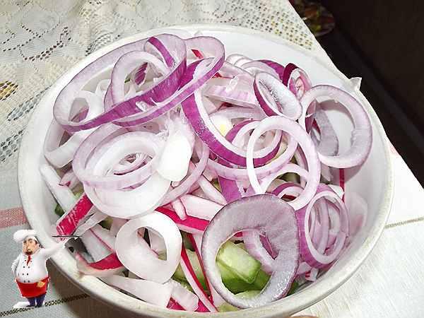нарезанный кольцами лук добавляю в салат с тунцом