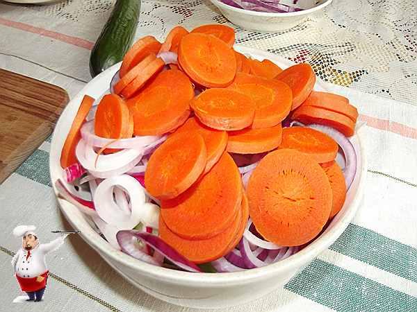 кладу кружки моркови в салат