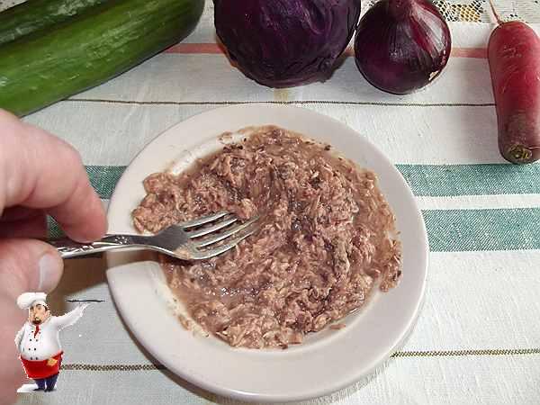 разминаю тунца для салата