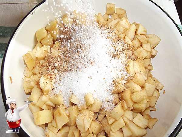 всыпаю сахар в яблоки