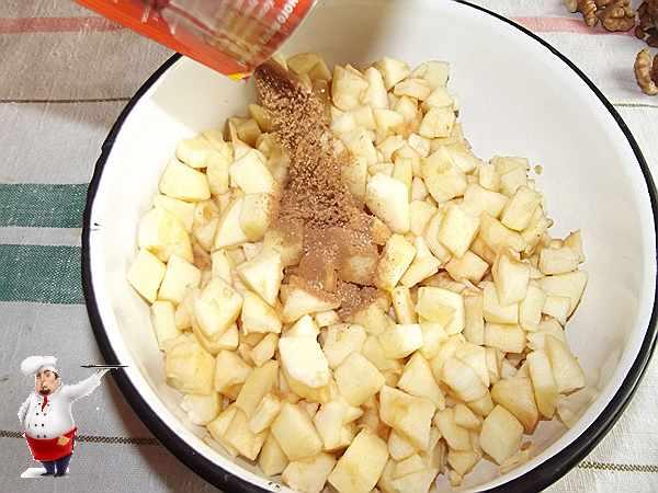 всыпаю в яблоки приправу для штруделя