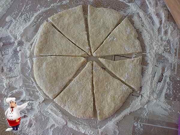 раскатываю тесто для сосисок